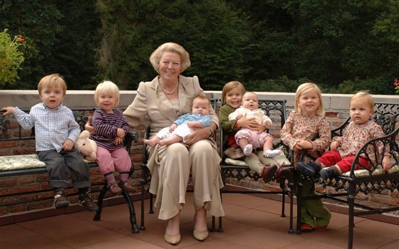 23515_fullimage_Koningin_Beatrix-and-grand-children_560x350